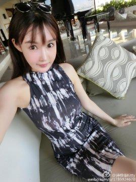 网络红人诗梓佳Kitty黑白连身裙 清纯自拍照