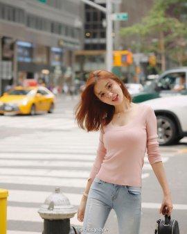 网络红人Fancy秀街拍美照 前凸后翘粉嫩迷人