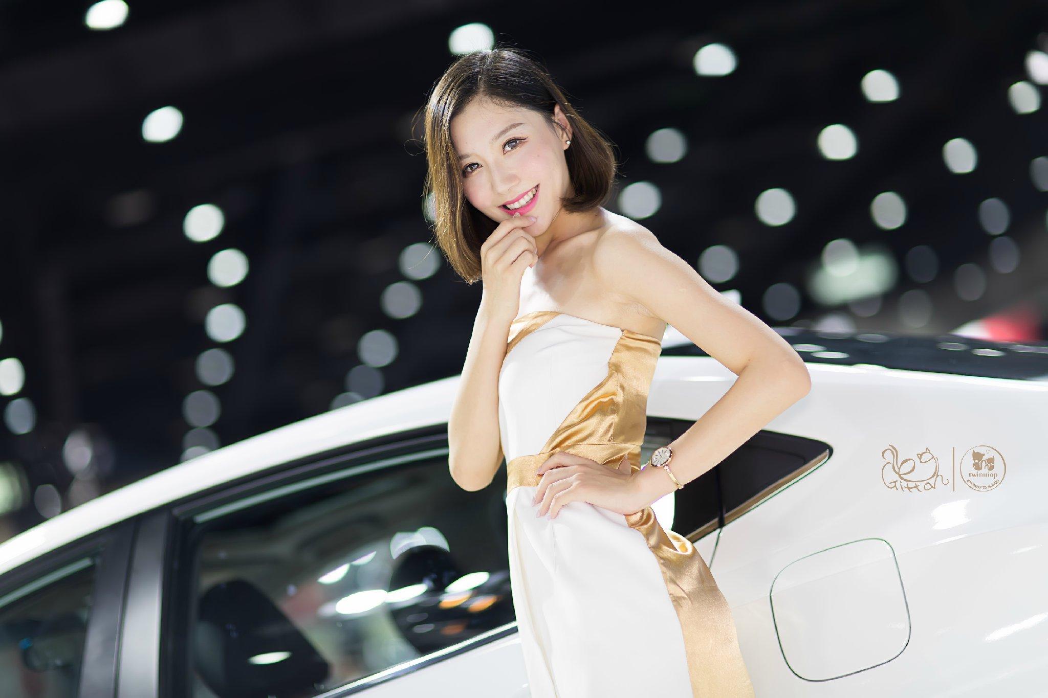 2016大连车展广汽本田展台身穿白色抹胸裙的美女车模彤彤美腿诱惑