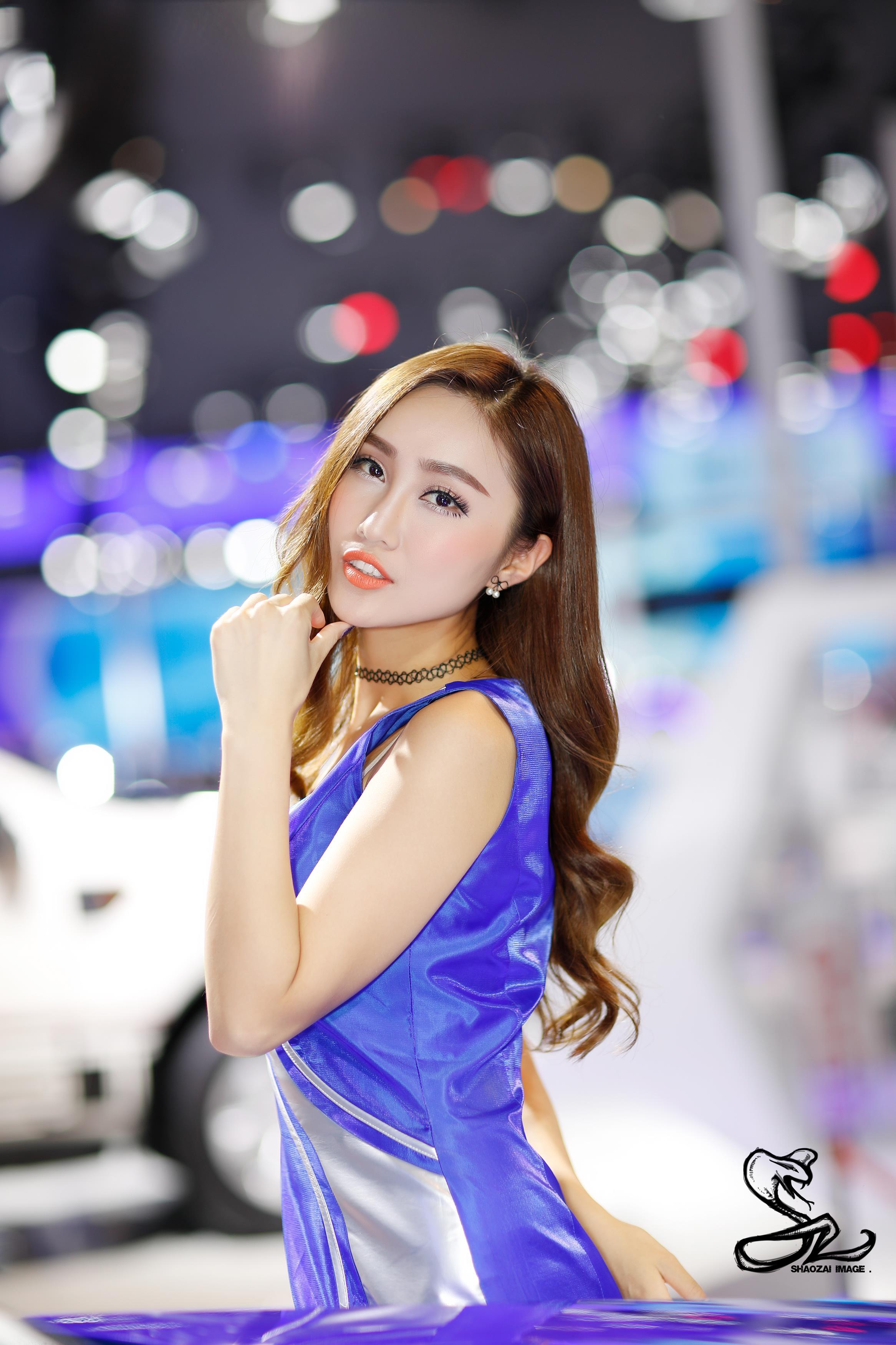 2016成都国际车展美女车模张秦苗雨紫色无袖连身裙可爱调皮
