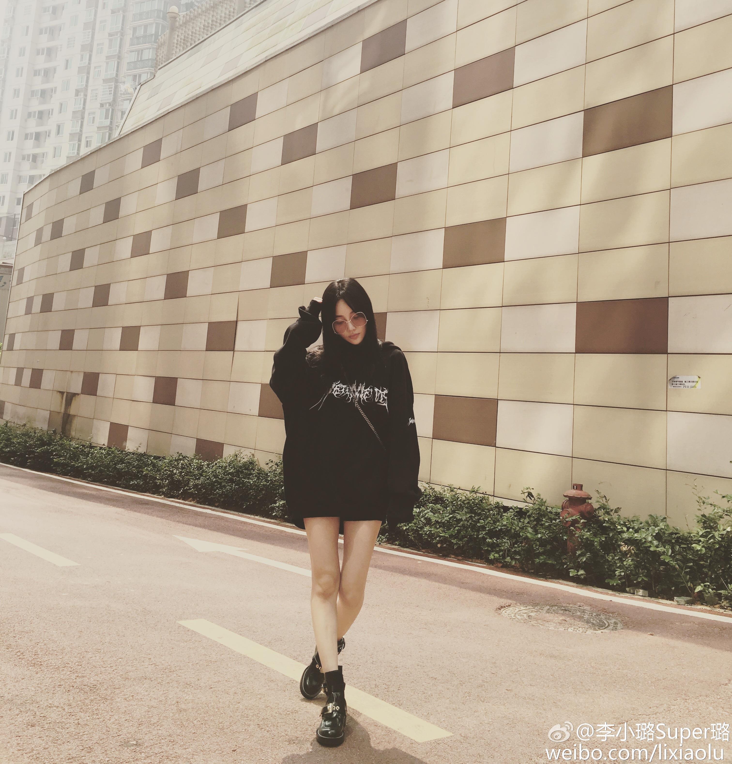 李小璐穿黑衣露细长美腿