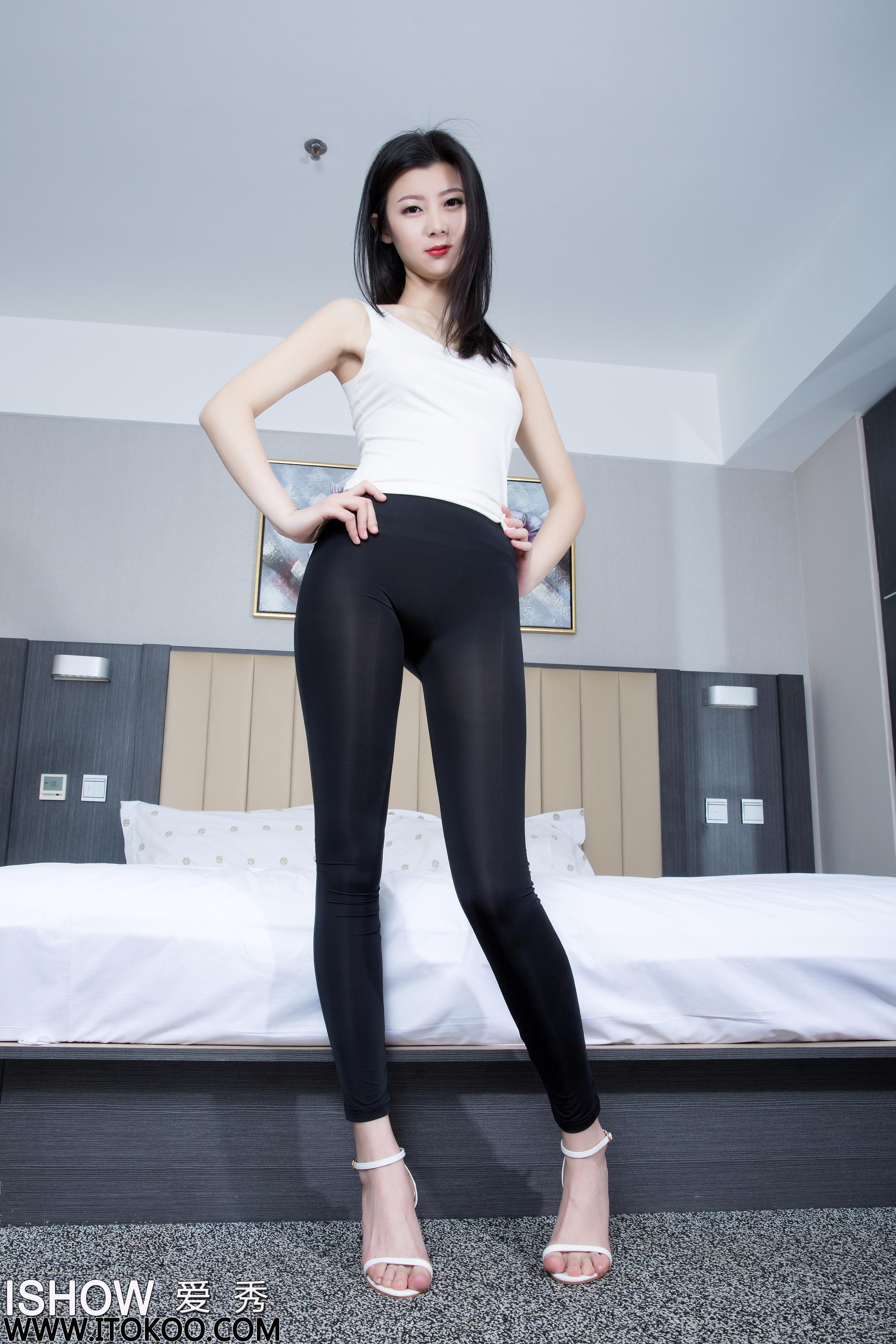 [ISHOW爱秀]白色背心加黑色紧身长裤美女 阿曼Amanda 高跟美腿性感写真 2016-05-17 NO.049