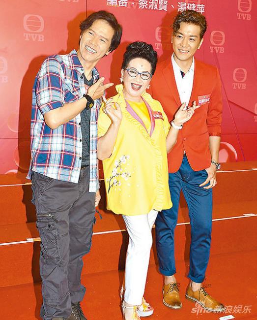 林嘉华(左)跟薛家燕(中)合作。