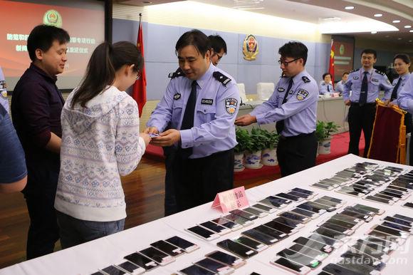 浦东警方缴获178部被窃?#21482;?仍有100余部无人认领