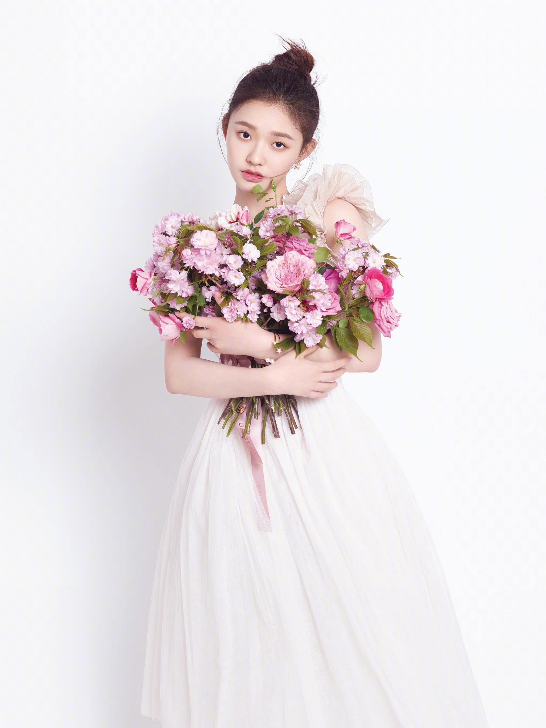 林允置身花海美若仙子 粉红抹胸长裙性感又清纯