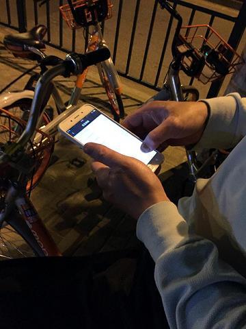 上海现共享单车红包猎人:两部?#21482;?一晚刷上百元
