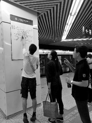 北京一地铁站交通图太高 工作人员:我看着也费劲
