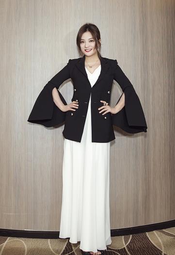 辣妈赵薇着黑衣白裙现身 雪肤红唇成熟优雅