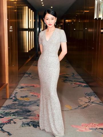 周迅亮相上海电影节红毯 深V银裙闪耀