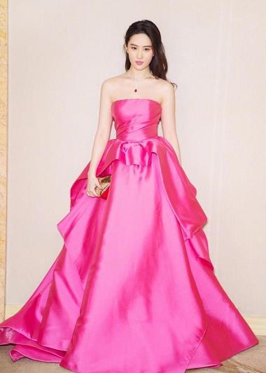 刘亦菲着抹胸粉裙飘来仙气 神仙姐姐名不虚传