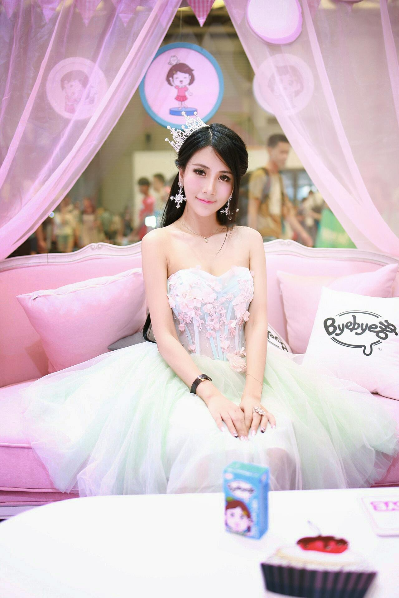 2017ChinaJoy展 抹胸女王裙装扮的美女何雨薇梦幻般写真