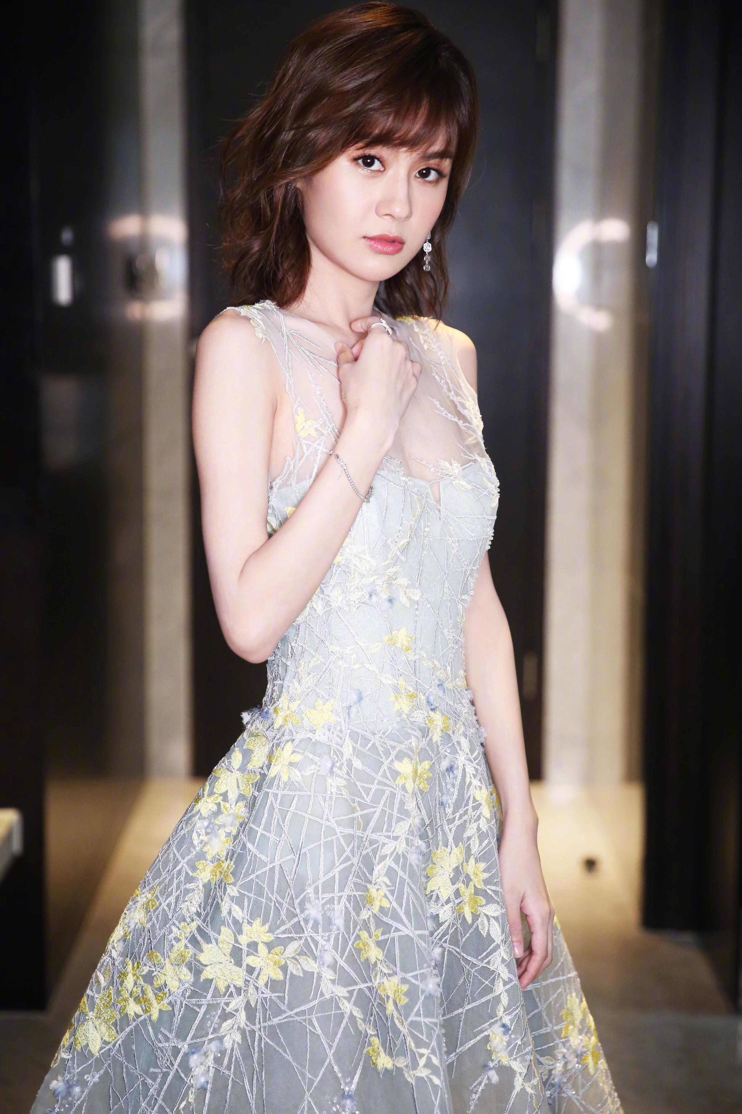 郑合惠子 身着Shine Moda刺绣灰色连衣裙搭配Benative亮片高跟鞋亮相金骨朵网络影视盛典