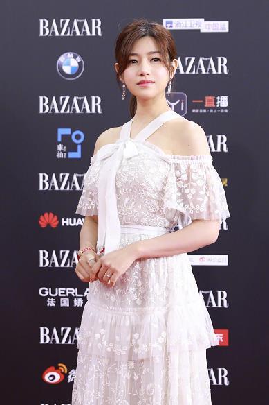 辣妈陈妍希亮相红毯 一袭白裙小露香肩仙气十足