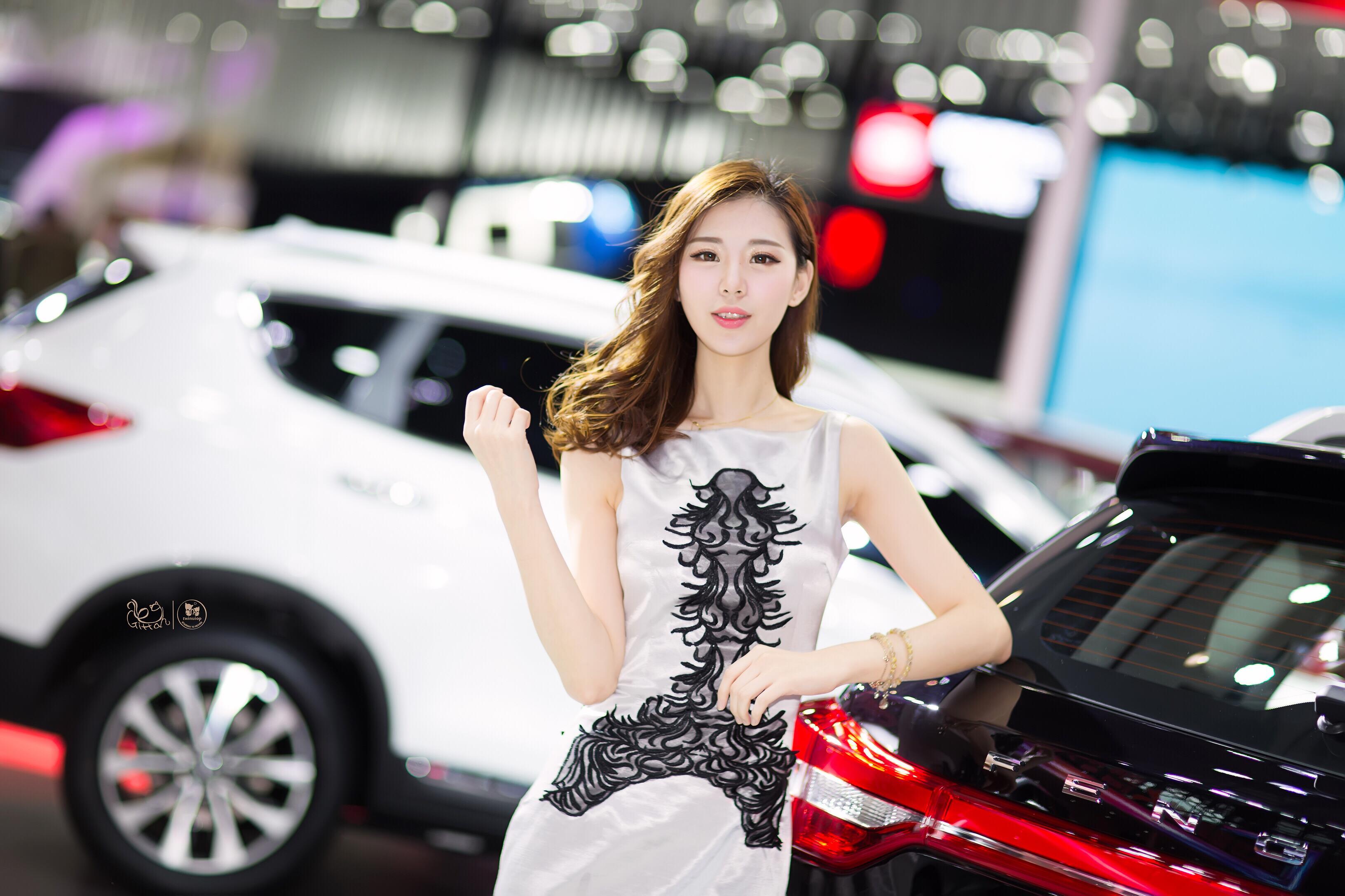 2016广州车展郑州日产展台美女车模 Amy张炎 银色裸背连身裙