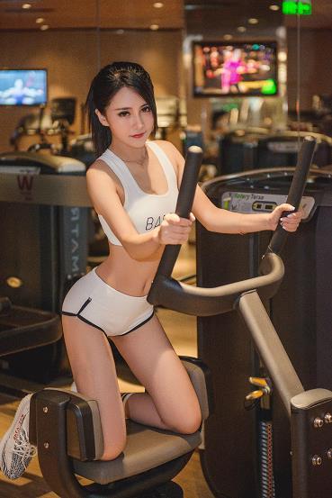 网络辣妹何雨薇健身房内性?#24615;?#21160;内衣自拍写真