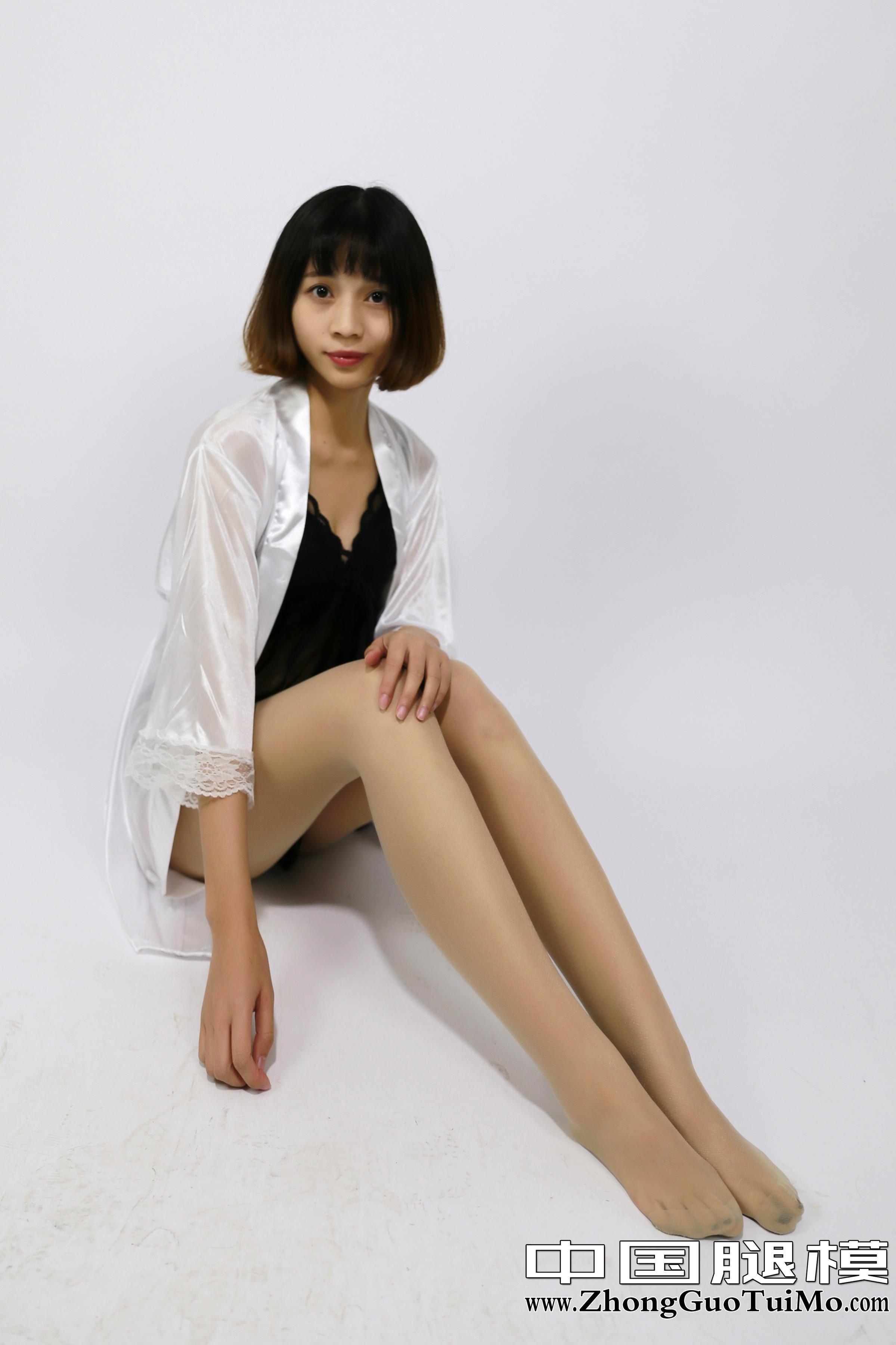 [中国腿模]No.049 李木子 白色透视睡衣裙与黑色性感情趣内衣加白色丝袜美腿私房写真集