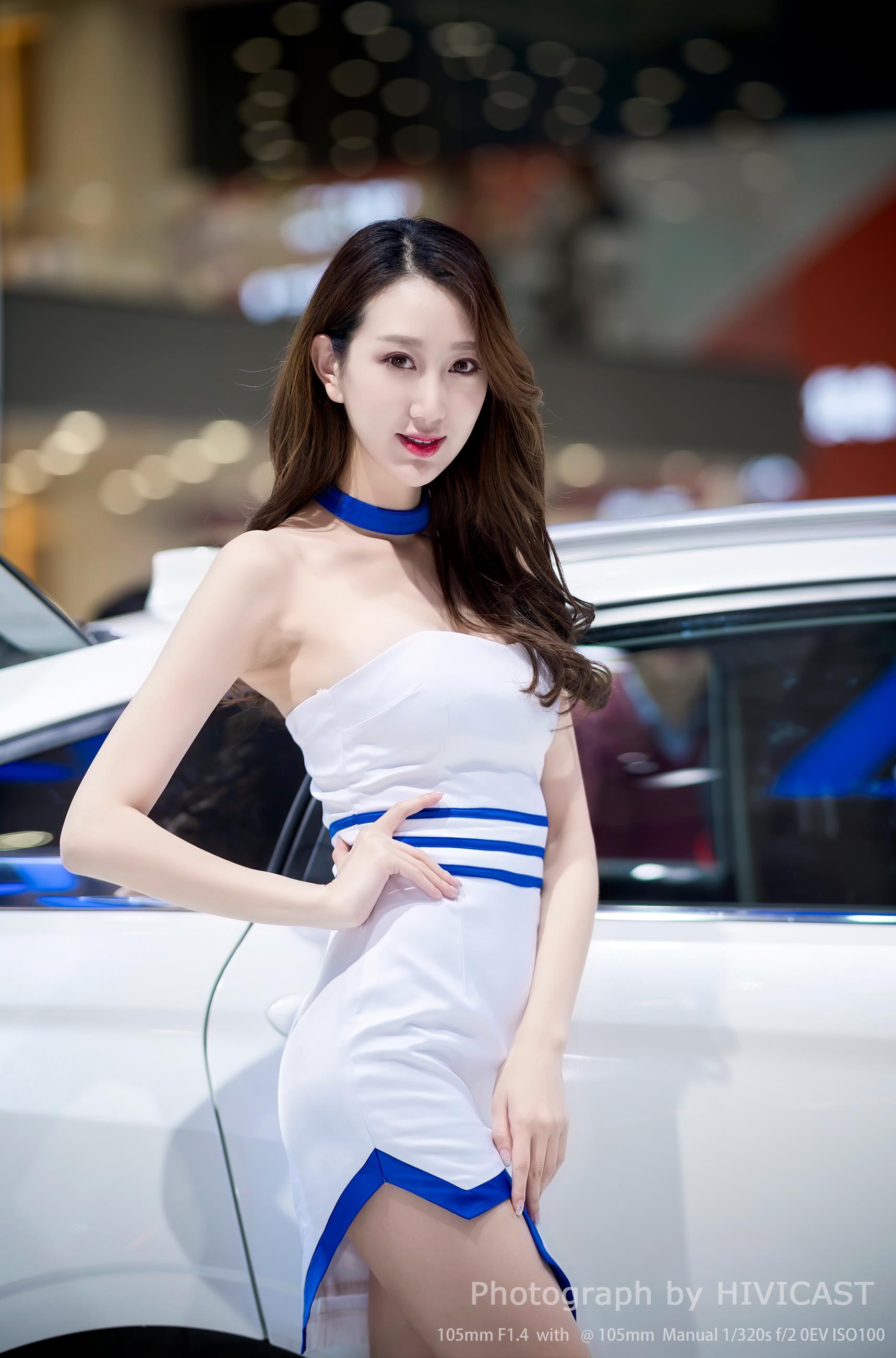 2017广州车展 东风启辰汽车展台 美女车模 扈馨文 白色抹胸短礼裙