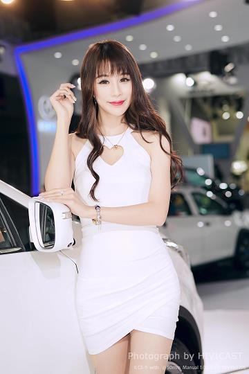 2017广州车展 华泰汽车展台 身穿白色吊脖连身裙的美女车模