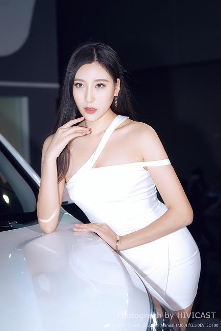 2017广州车展 华泰汽车展台 身穿白色吊带抹胸裙的美女车模