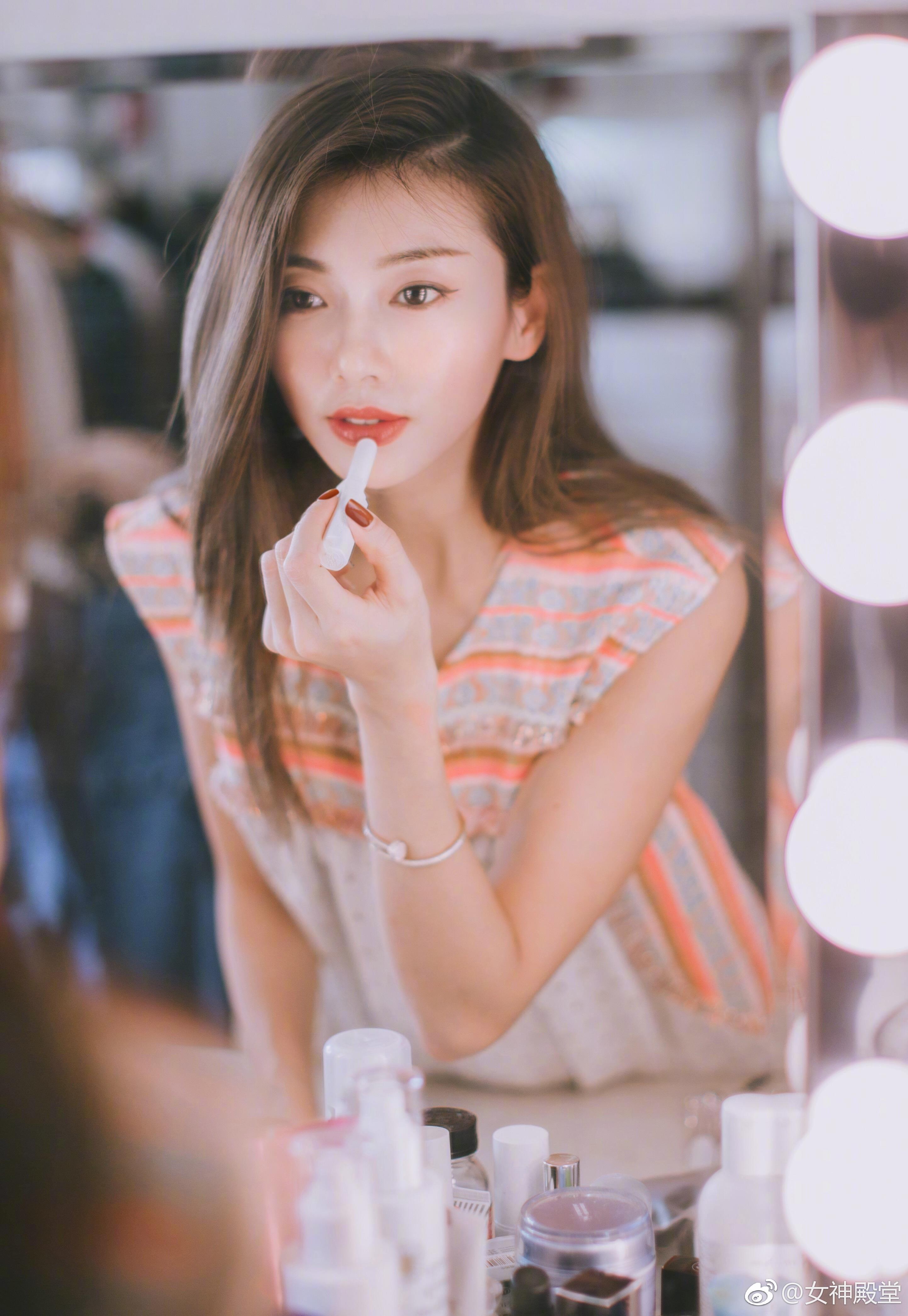 美人如花绽放 魅力不同凡响 程晓玥分手后愈发迷人了