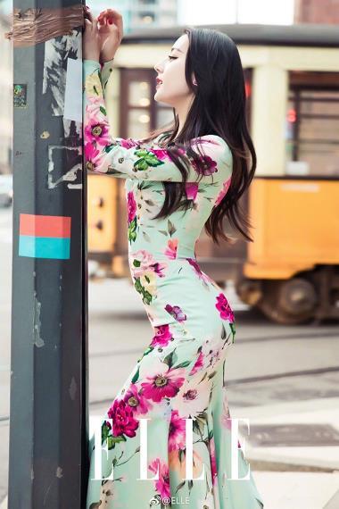 迪丽热巴穿贴身连衣裙大秀S曲线 露香肩灿笑春日气息浓
