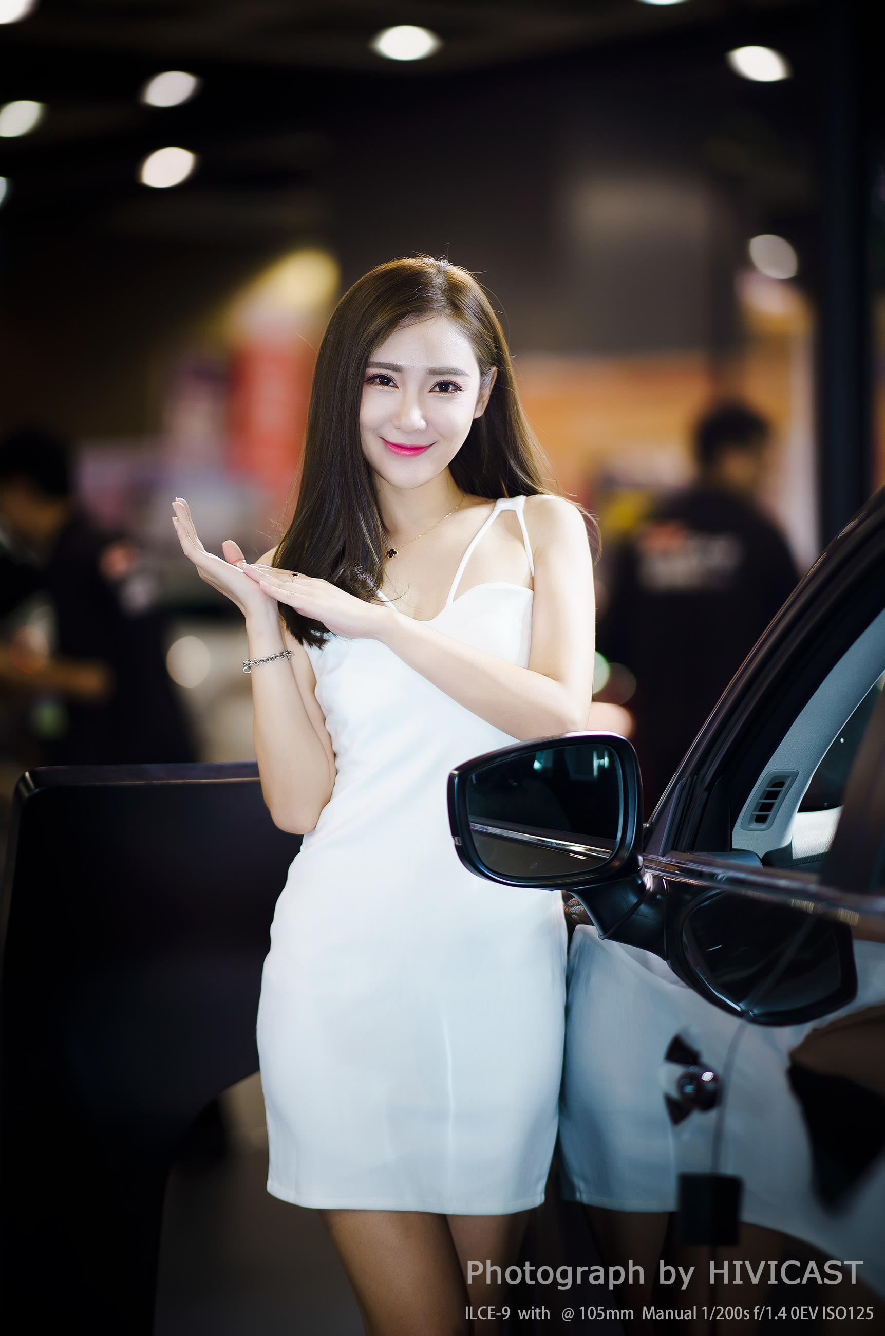 2017沈阳秋季车展长安马自达展台 美女车模 辛灵 白色吊带连身裙优雅大方