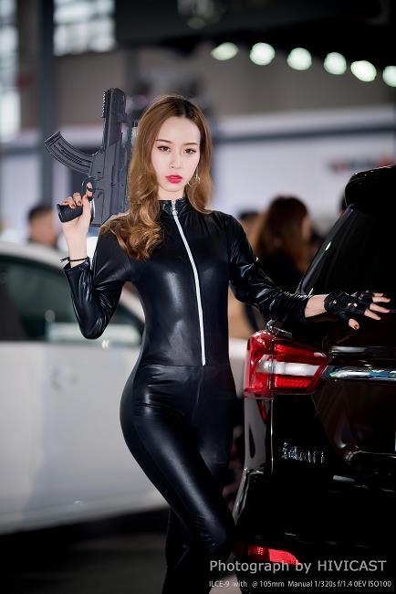 2018沈阳春季车展 东风风行展台美女车模 航航 黑色性感连体紧身皮衣