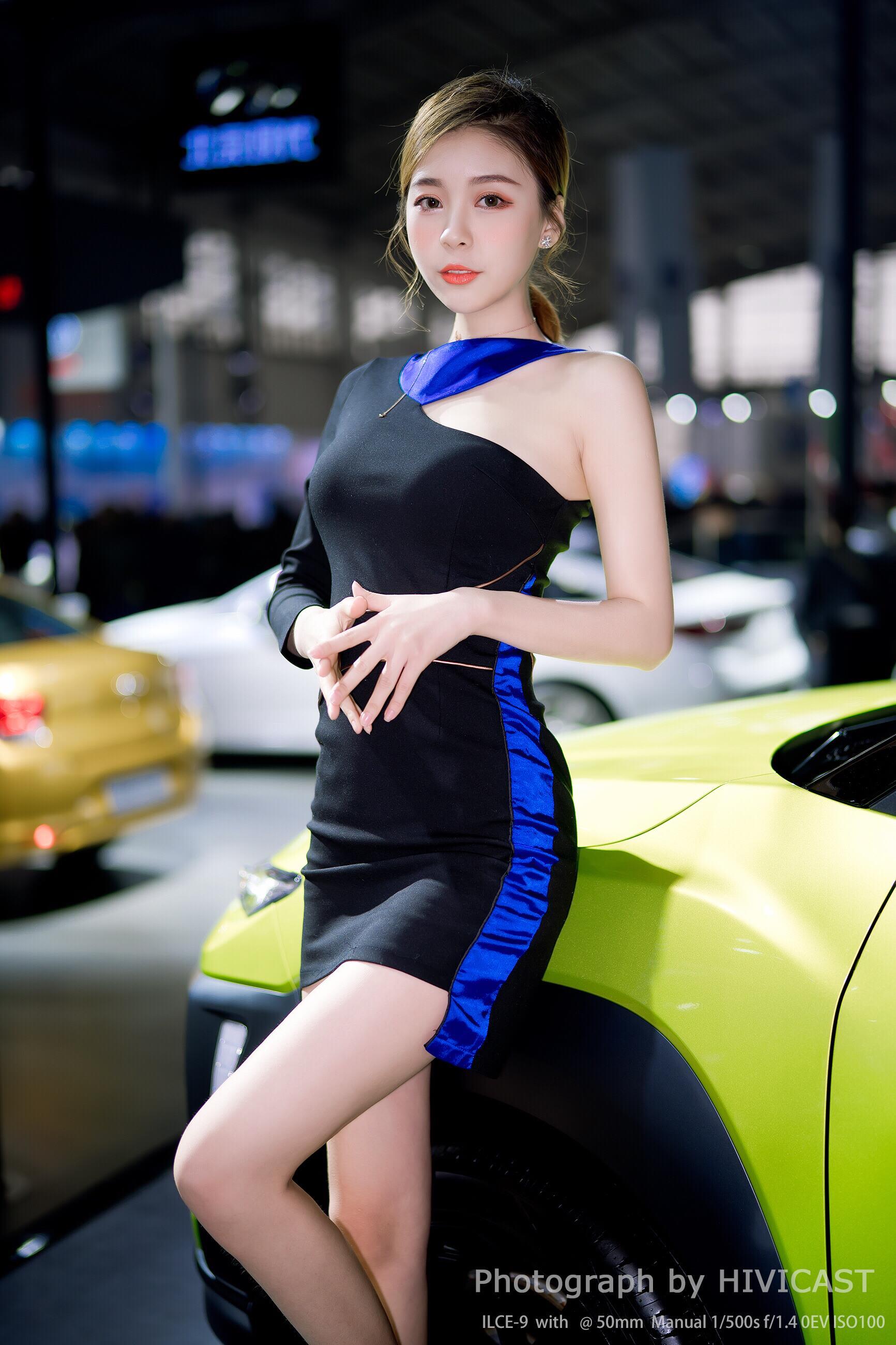 2018沈阳春季车展 北京现代汽车展台美女车模 卜秋琳 蓝色单肩连衣裙与性感美腿