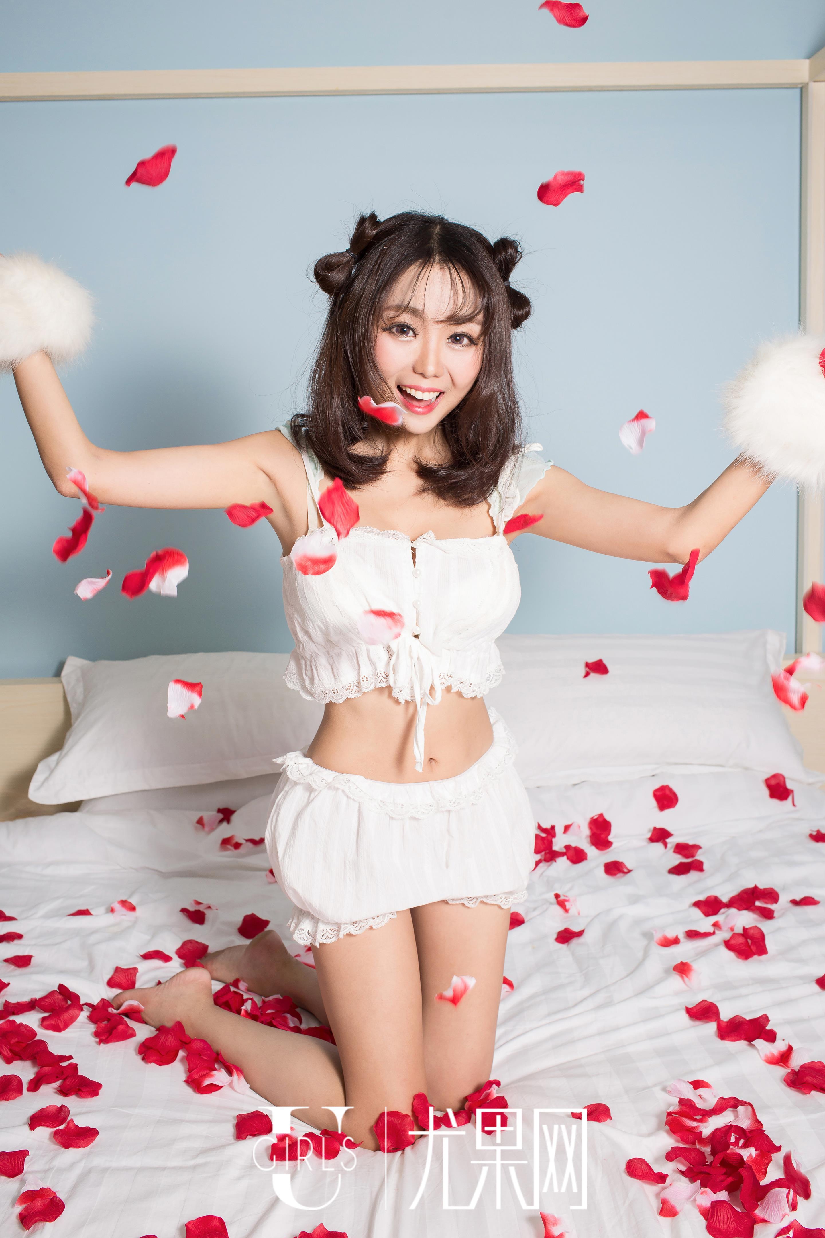[Ugirls尤果网]U185 空灵惑 白色蕾丝情趣内衣与白色网袜美腿性感私房写真集