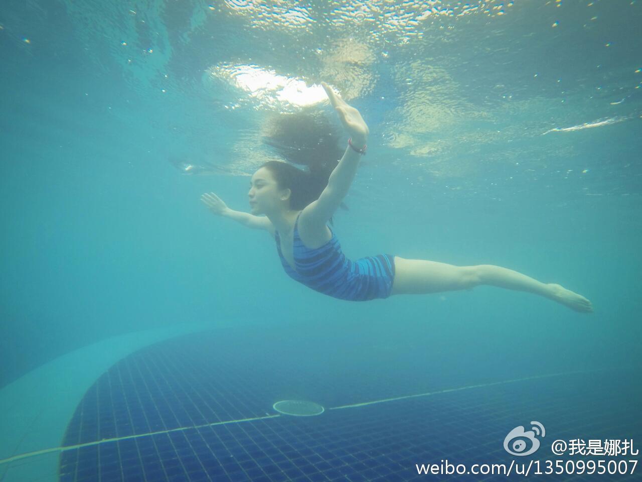 古力娜扎变美人鱼 水中展优美身段乳沟隐现