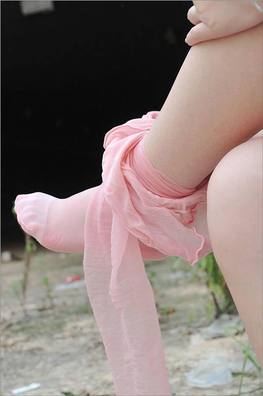 [IESS异思趣向]Model 小胖妞 黑色短裙与粉色丝袜美腿玉足性感私房写真集