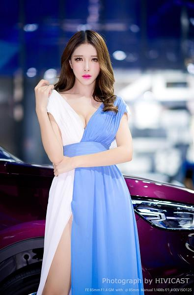 2018成都车展 欧尚汽车展台美女车模:轩轩 蓝白高叉连衣裙 优雅气质