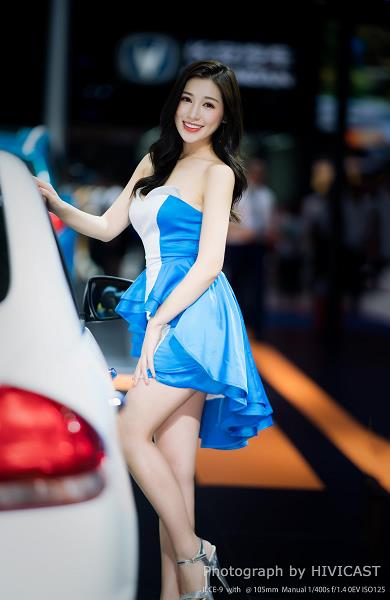 2018成都车展长安铃木展台美女车模:GUDI 蓝白抹胸连衣裙性感写真