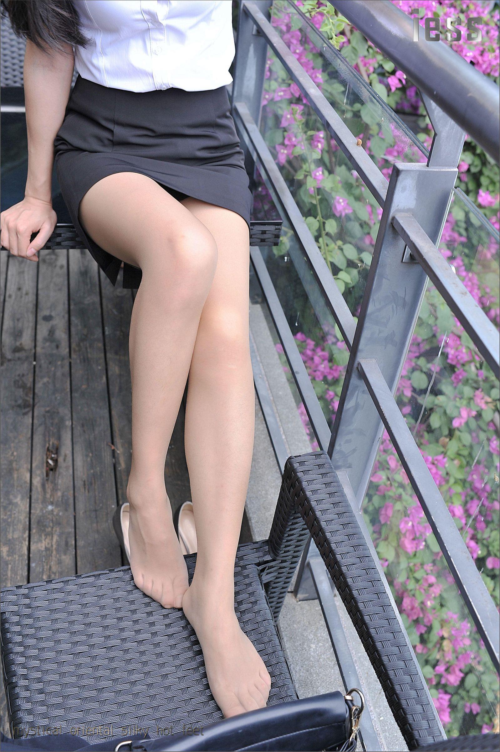 [IESS异思趣向]性感女秘书 小雪 白色短袖衬衫加黑色短裙与灰色丝袜美腿性感私房写真集