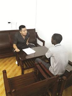图为:执行员与老外租户用英语沟通