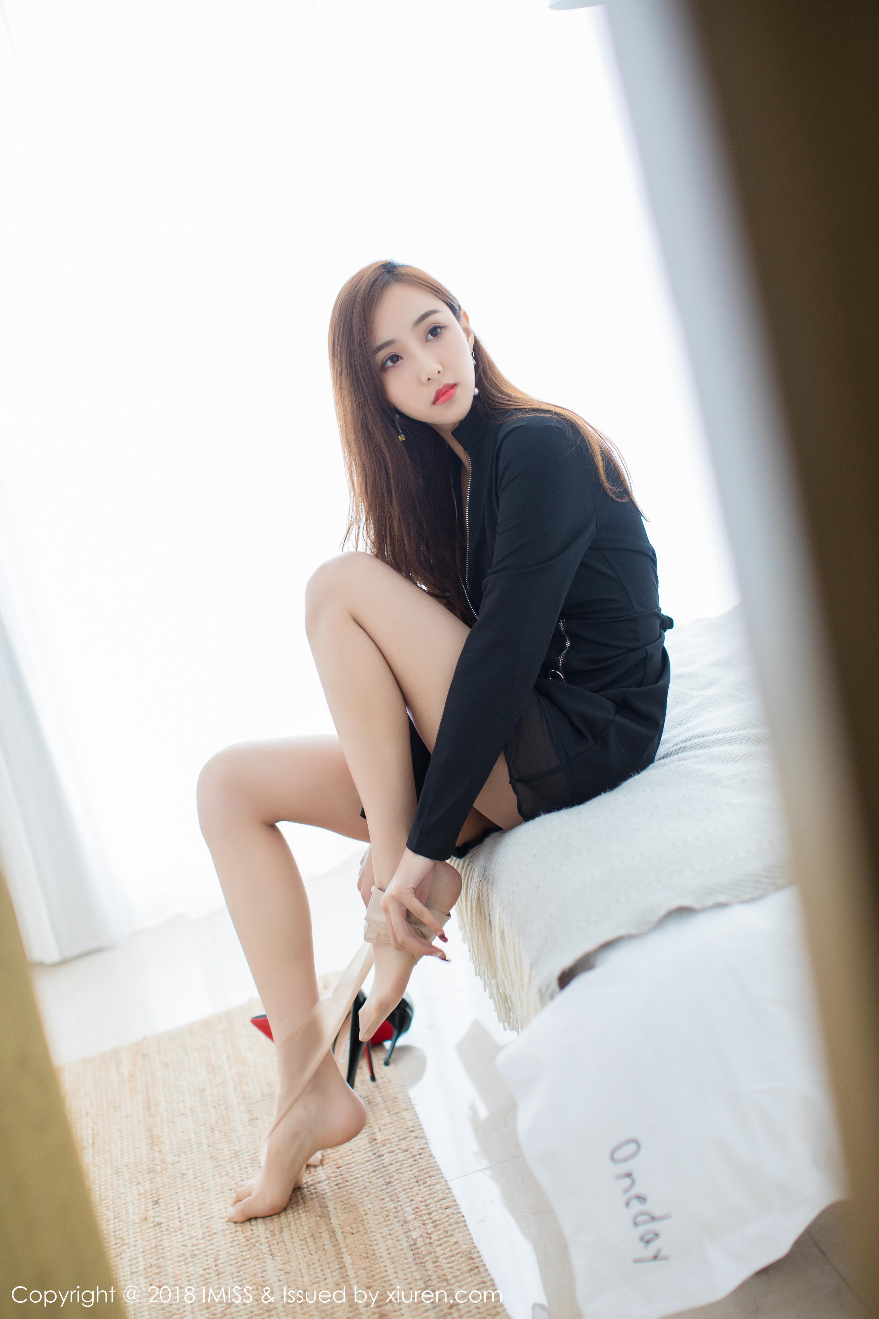 [IMISS爱蜜社]IMS20180905VOL0286 猫宝 黑色外套与黑色透视短裙加肉色丝袜美腿性感私房写真集