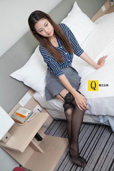 [青丘女神]2017-07-01 Q7.011 性感女秘书 小豆Ⅲ 蓝色衬衫与灰色超短裙加黑色丝袜美腿私房写真集