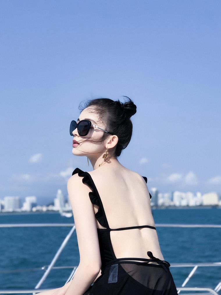 古力娜扎情?#31169;?#26194;度假美图 海边游艇上的阳光美少女