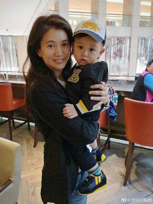 袁咏仪怀抱胡杏儿孩子合影 赞其父母是俊男美女