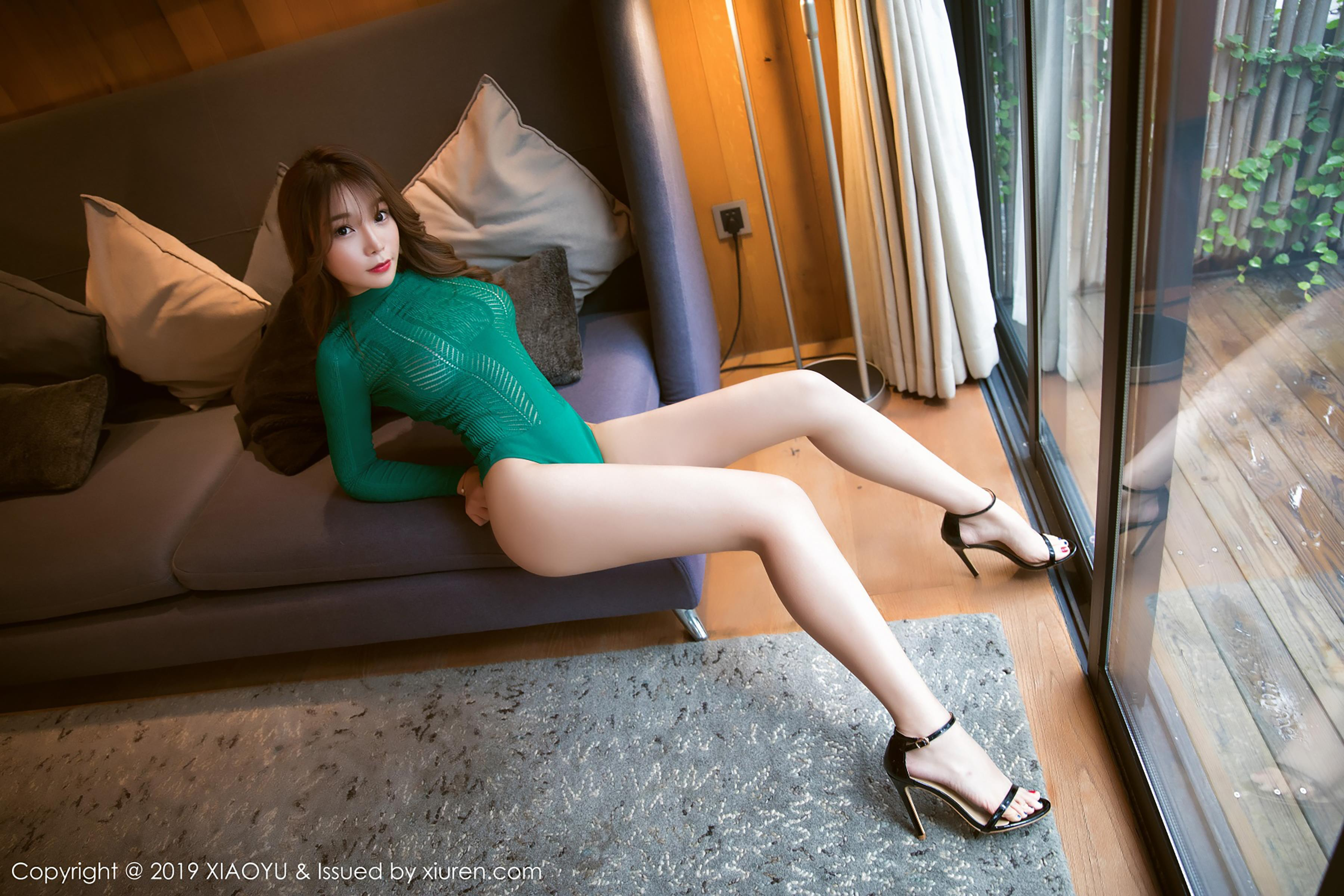 [XIAOYU画语界]YU20190211VOL0018 芝芝Booty 红色紧身上衣与黑色蕾丝内衣加黑色丝袜美腿性感私房写真集
