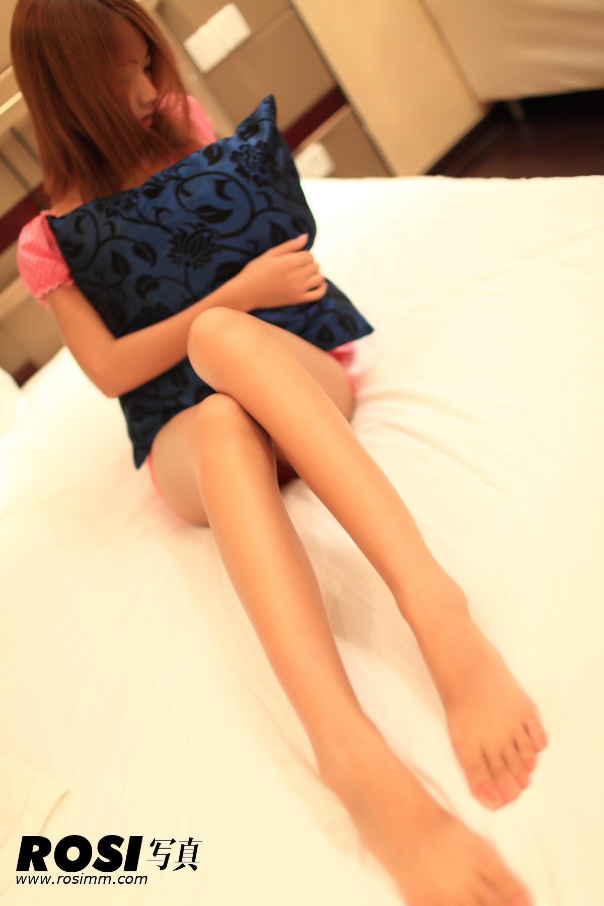 [ROSI写真]No.109 性感小美女红色连身短裙加红色蕾丝小内裤私房写真集