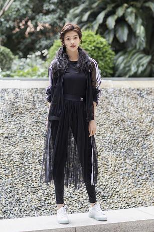 美女演员白鹿受邀出席Adidas Originals全新sleek系列开幕活动 一袭黑色轻纱亮相