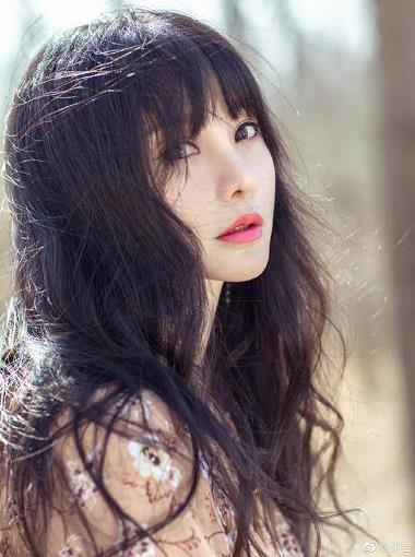 柳岩穿碎花连衣裙漫步树林 撩动秀发唇色娇艳很美丽
