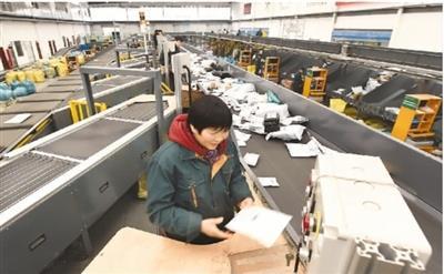 2月12日,邮政速递工作人员在浙江义乌国际邮件互换局分拣和打包出境邮件。当日,义乌海关监管进出境邮件达到20.8万件。
