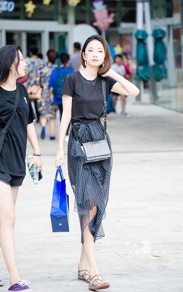 购物广场轻撩头发的气质美女 黑色短袖加黑色透视裙