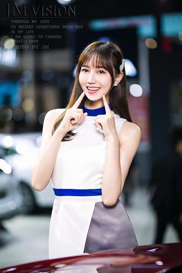 2019东莞厚街车展身着白色连衣裙的青春靓丽美女车模