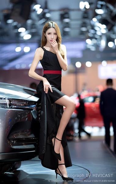 2019青岛车展 模特:魔鬼中的小轩轩 黑色吊带连衣裙高贵典雅
