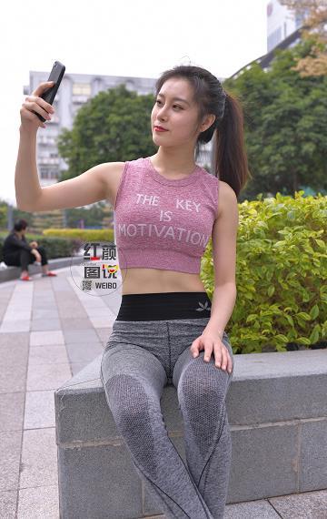 瑜伽美女 红色背心加灰色紧身裤性感写真集