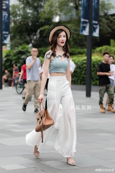 成都大古里街拍纹身美女性感小背心加白色紧身喇叭裤