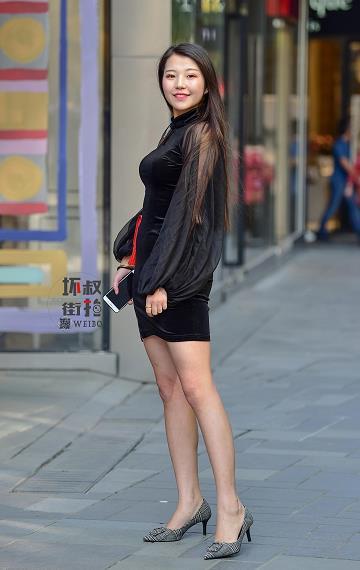 坏叔街拍 自信微笑圆脸美女 黑色透视旗袍性感写真